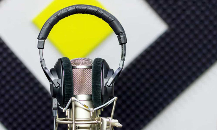 how to make freelance voice over career featured image fix